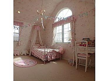 勾配天井のある女の子のかわいいお部屋